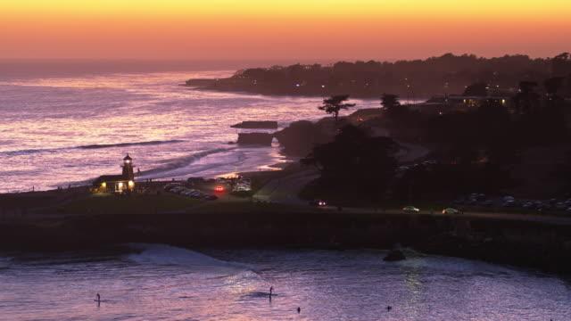 灯台ポイントとミッチェル コーブ、サンタクルスの夕暮れのドローン ショット - カリフォルニア州サンタクルーズ点の映像素材/bロール