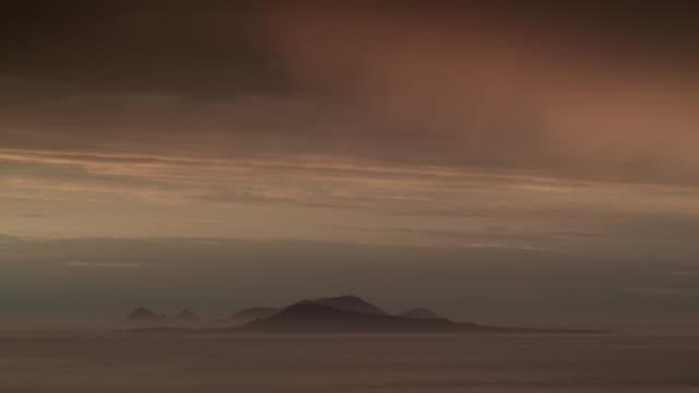vídeos de stock e filmes b-roll de dusk falls over misty sea and islands, falkland islands - ilhas malvinas