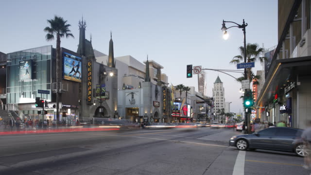 dusk on hollywood boulevard, hollywood walk of fame, grauman's chinese theatre, los angeles, california, united states of america, time-lapse - ウォークオブフェーム点の映像素材/bロール
