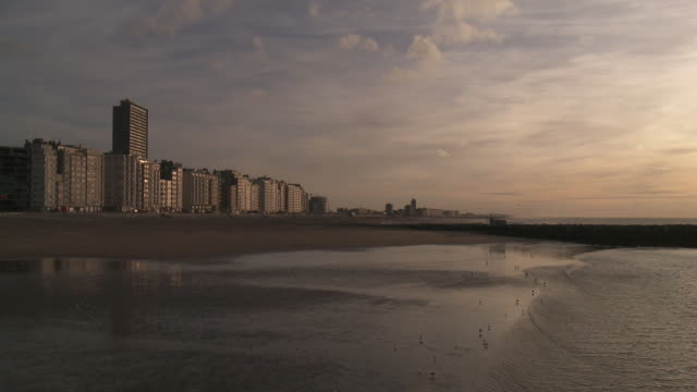 ws dusk over ostend / ostend, flanders, belgium - establishing shot点の映像素材/bロール