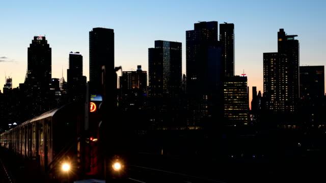 夕暮れの地下鉄の列車の到着
