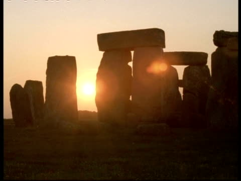 t/l dusk sun and stonehenge - sun goes down between stones - stonehenge stock videos and b-roll footage