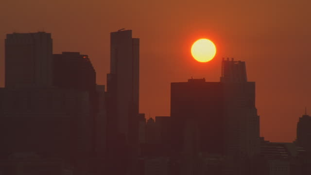 vídeos de stock, filmes e b-roll de dusk / sunset aerial moving l-r across chicago skyline  - chicago 'l'