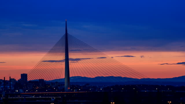 vídeos de stock e filmes b-roll de dusk time lapse video of ada suspension bridge in belgrade - ponte suspensa