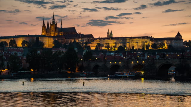 vídeos y material grabado en eventos de stock de anochecer al lapso de tiempo de la noche en el castillo de praga, praga, checa - república checa