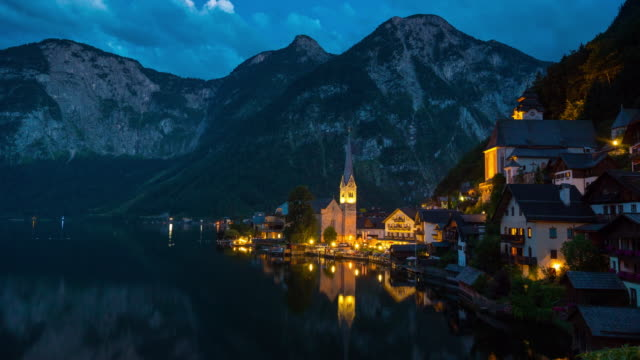 vídeos de stock, filmes e b-roll de anoitecer ao lapso de tempo à noite, vista da cidade na aldeia de hallstatt, áustria - austria