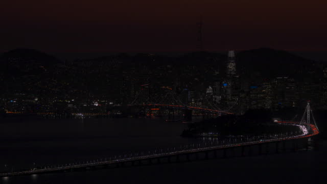 dusk view of san francisco skyline and francisco-oakland bay bridge during pg&e power outage. - sehenswürdigkeit stock-videos und b-roll-filmmaterial