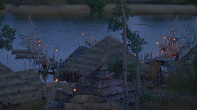 dusk/night small village on water - mittelalterlich stock-videos und b-roll-filmmaterial
