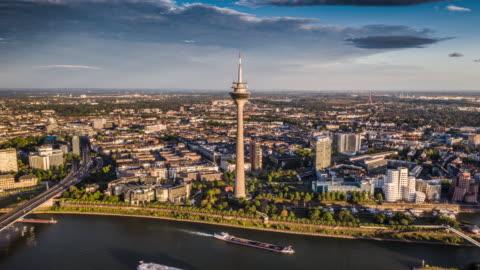 vídeos y material grabado en eventos de stock de dusseldorf skyline con rheinturm - hiperlapso aéreo - torre estructura de edificio