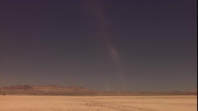 vídeos de stock, filmes e b-roll de a dust devil swirls through a desert. - tempestade de poeira