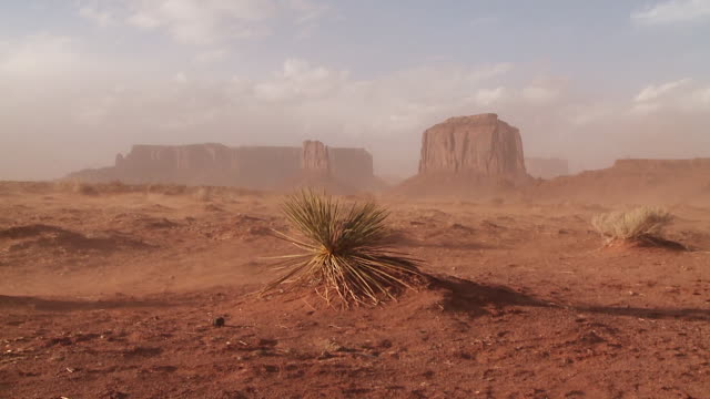 dust storm in monument valley, utah, usa - monument valley stock-videos und b-roll-filmmaterial