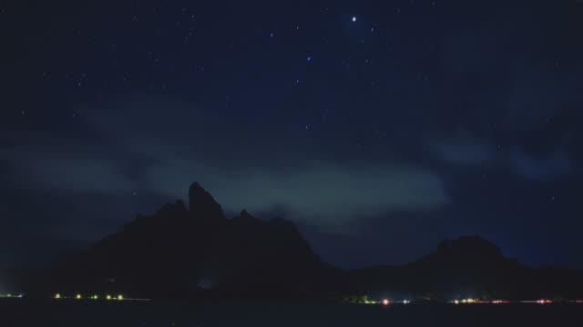 vídeos y material grabado en eventos de stock de ws t/l dust to night view of sea with hill / bora bora, tahiti  - polinesio