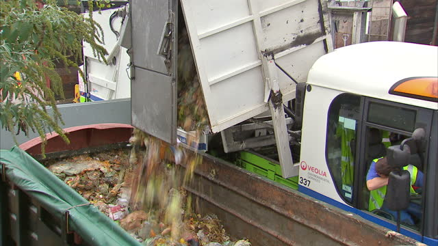 vídeos y material grabado en eventos de stock de dustcart drives onto council recycling site and dumps waste rubbish into large waste container. richmond council recycling dump food waste on october... - comidas y bebidas