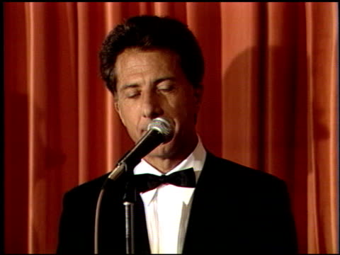 dustin hoffman at the 1989 golden globe awards at the beverly hilton in beverly hills california on january 28 1989 - dustin hoffman video stock e b–roll