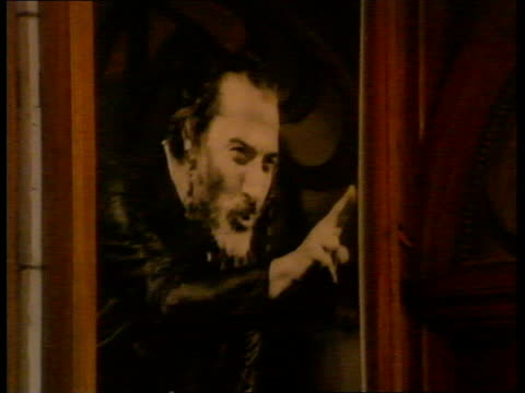 dustin hoffman in merchant of venice night london phoenix theatre photography*** av name of theatre illuminated cms poster advertising dustin hoffman... - dustin hoffman video stock e b–roll