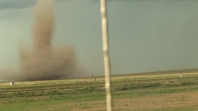 vídeos y material grabado en eventos de stock de dust-tube tornado - vendaval de polvo