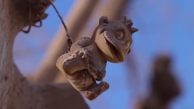 vídeos de stock, filmes e b-roll de cu dusty monkey looking toy hanging and blowing in wind / san pedro de valdivia, atacama desert, chile - animal de brinquedo