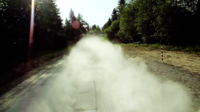 vidéos et rushes de route poussiéreuse en forêt - voie piétonne