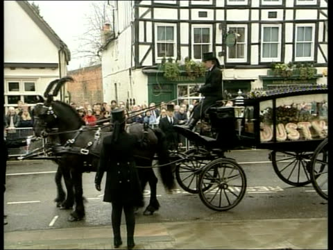 oxfordshire henleyonthames ext horse drawn hearse carrying the body of singer dusty springfield drawing to a halt on crowd lined street old women... - dusty springfield bildbanksvideor och videomaterial från bakom kulisserna