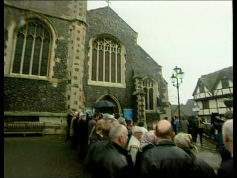 oxfordshire henleyonthames horse drawn hearse carrying the body of singer dusty springfield drawing to a halt on crowd lined street church tilt down... - dusty springfield bildbanksvideor och videomaterial från bakom kulisserna