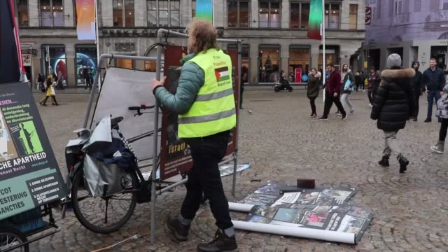 vidéos et rushes de dutch activist has been taking to the streets alone in amsterdam for over four years to protest israel's aggression against the palestinian people.... - agression
