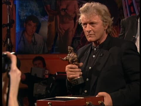 stockvideo's en b-roll-footage met dutch actor rutger hauer receives the dutch filmaward rembrandt awards - turks fruit