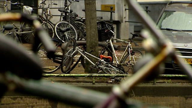 Dutch experts advise London on how to handle cycling boom R29011203 / 2912012 Bikes chained to railings PULL