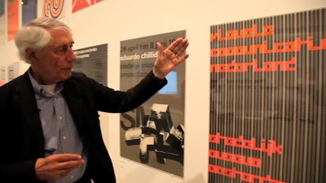 vídeos y material grabado en eventos de stock de dutch graphic designer wim crouwel gives cranetv a preview of his latest exhibition a graphic odyssey at the london design museum here he tells us... - montaje documental