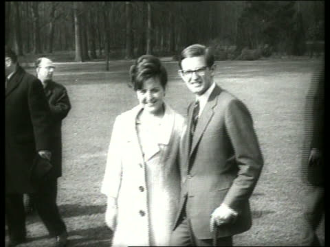 vídeos y material grabado en eventos de stock de dutch princess and fiance / 1960's / sound - pareja de mediana edad
