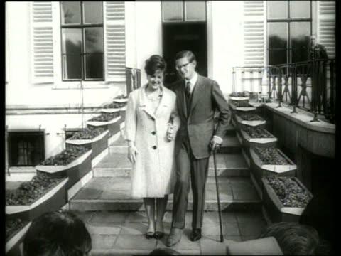 b/w dutch princess and fiance meet the press / 1960's / sound - paar mittleren alters stock-videos und b-roll-filmmaterial
