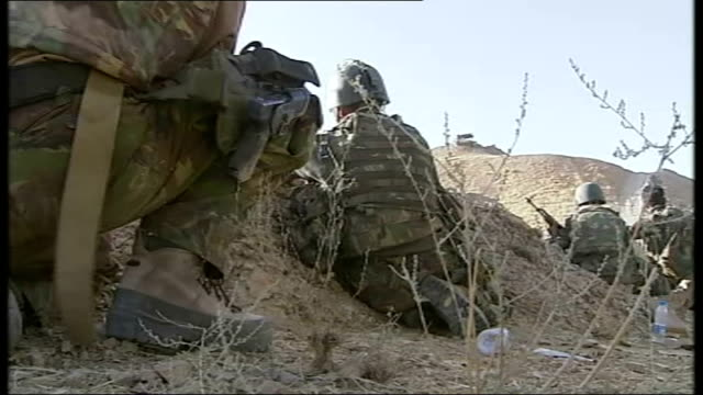 vídeos de stock e filmes b-roll de dutch troops on patrol around taliban supply routes in chowreh valley dutch troops diving for cover behind sandbags as gunfire heard sot troops... - tremido
