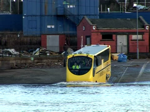 vídeos y material grabado en eventos de stock de dutch-built amphibious bus is being trialled near glasgow as the answer to the city's future transport needs. renfrew, strathclyde region, united... - vehículo anfibio