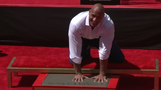 vídeos y material grabado en eventos de stock de dwayne johnson at the dwayne johnson immortalized with hand and footprint ceremony at tcl chinese theatre imax on may 19, 2015 in hollywood,... - tcl chinese theatre