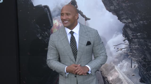 """vídeos y material grabado en eventos de stock de dwayne johnson at the """"san andreas"""" los angeles world premiere at tcl chinese theatre on may 26, 2015 in hollywood, california. - tcl chinese theatre"""