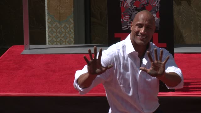 vidéos et rushes de dwayne johnson immortalized with hand and footprint ceremony at tcl chinese theatre imax on may 19, 2015 in hollywood, california. - tcl chinese theatre
