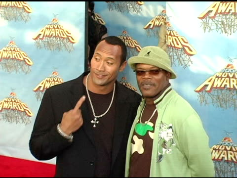 dwayne 'the rock' johnson and samuel l jackson at the 2005 mtv movie awards arrivals at the shrine auditorium in los angeles, california on june 4,... - mtvムービー&tvアワード点の映像素材/bロール