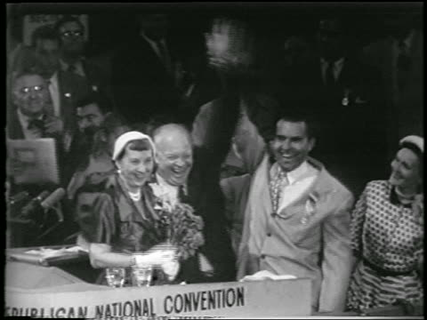 vidéos et rushes de dwight d eisenhower richard nixon raise arms at convention / mamie eisenhower nearby - 1952