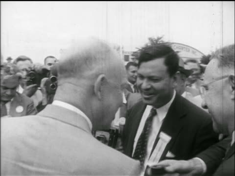 dwight d eisenhower talking to reporters photographers / newsreel - anno 1952 video stock e b–roll