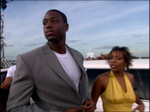 vídeos de stock, filmes e b-roll de dwyane wade arriving at the 2005 mtv video music awards red carpet - 2005