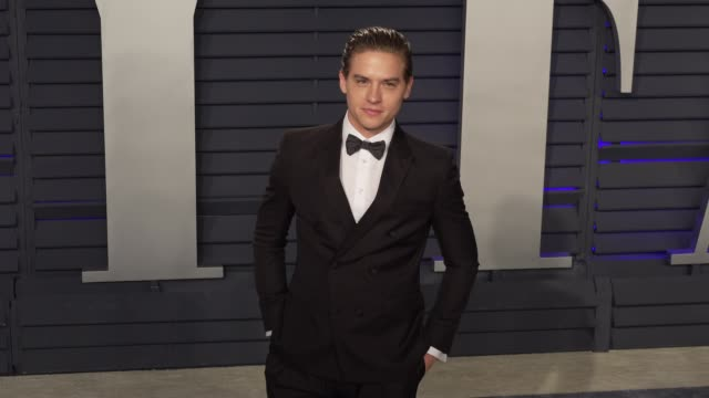 vídeos y material grabado en eventos de stock de dylan sprouse at 2019 vanity fair oscar party hosted by radhika jones at wallis annenberg center for the performing arts on february 24, 2019 in... - oscar party