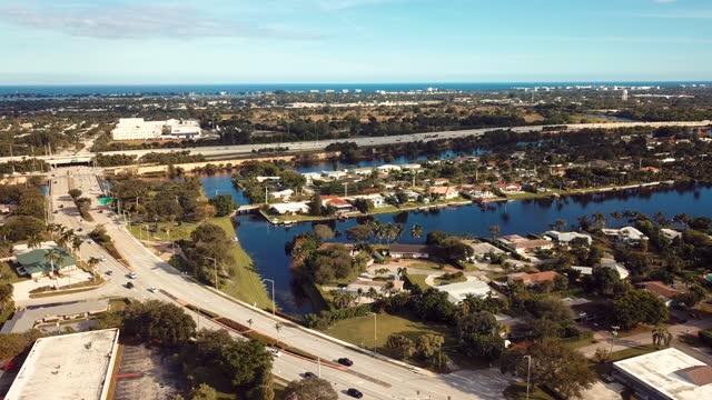 セントラルウエストパームビーチ、レイククラークショアーズの上のフロリダのダイナミックな空中映画スタイルの映像 - winter点の映像素材/bロール