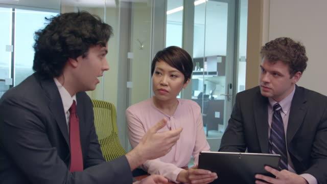Dynamische Aufnahmen des multi-ethnischen Geschäftsleute in einer Besprechung - b