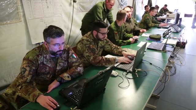 vídeos de stock e filmes b-roll de dynamic front is an annual us army europe exercise series focused on fires and fire support units operating together in a multinational environment... - coligação