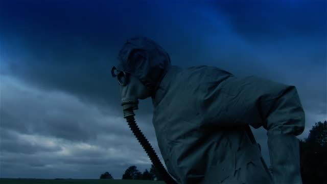 ダイナミック撮影を実行する男性、ガスマスク - ガスマスク点の映像素材/bロール