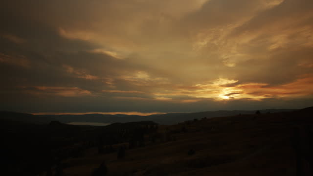 stockvideo's en b-roll-footage met dynamic sun sets over mountainous valley - ranch