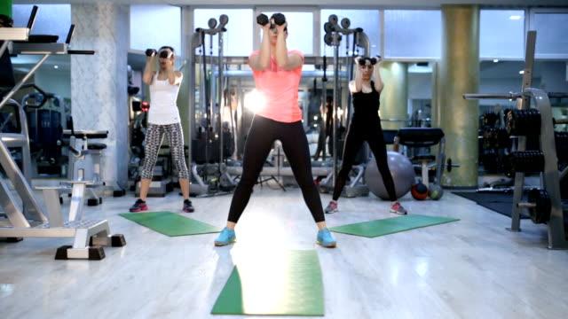 dynamische fitness-krafttraining - aerobic stock-videos und b-roll-filmmaterial