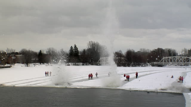 vídeos y material grabado en eventos de stock de dynamite explodes to break ice dam on river - ottawa