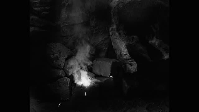 vídeos y material grabado en eventos de stock de dynamite fuse with sparks in gold mine, old spanish treasure cave, arkansas, usa - sparks
