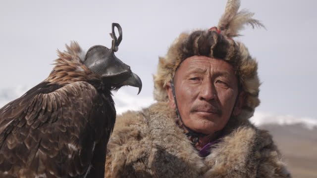 stockvideo's en b-roll-footage met eagle hunter posing with golden eagle - altai mountains, mongolia - mongolië