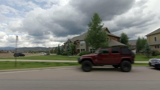 vídeos de stock, filmes e b-roll de eagle suburb 6 série sincronizada esquerda condução de verão - número 6